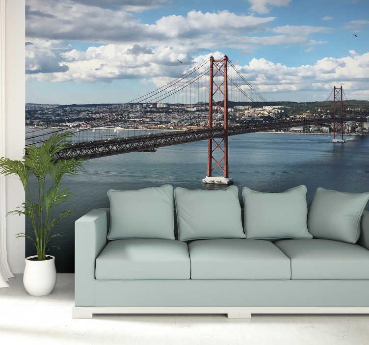 TenStickers. Fotomural decorativo de lugares Ponte sobre o Tejo. Este grande fotomural decorativo de lugares apresenta a ponte 25 de Abril perfeito para redecorar a sua sala de estar ou quarto.