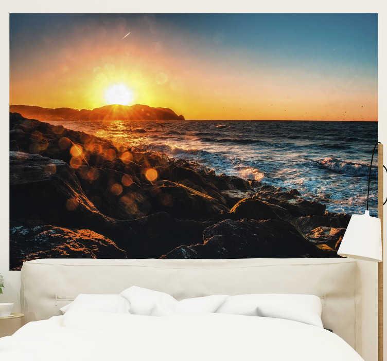TenStickers. Kust met zonnestralen landschap fotobehang. Word elke dag wakker aan de kust met deze fotobehang op zee. Afbeelding van hoge kwaliteit en een prachtig landschap, bestel het nu! Gratis bezorging!