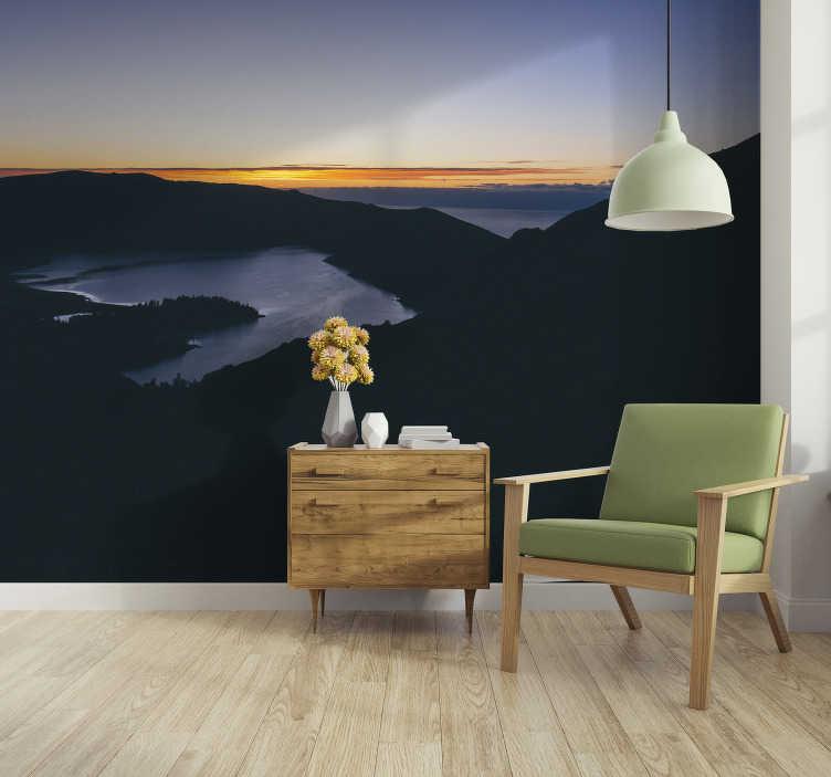 TenStickers. Fotomural de paisagens Lago de fogo ao amanhecer. Um lindo fotomural de parede do Lago de Fogo em Portugal. Crie um ambiente aconchegante em sua casa sem ter que gastar muito dinheiro.
