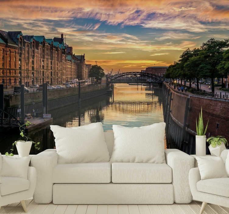 TenStickers. Hamburg Kanal Sonnenuntergang Foto Wandtapete. Hamburg ist eine wunderschöne Stadt in Norddeutschland! Zeigen Sie Ihre Liebe zur Stadt mit dieser Stadt Fototapete, das einen der Kanäle darstellt.