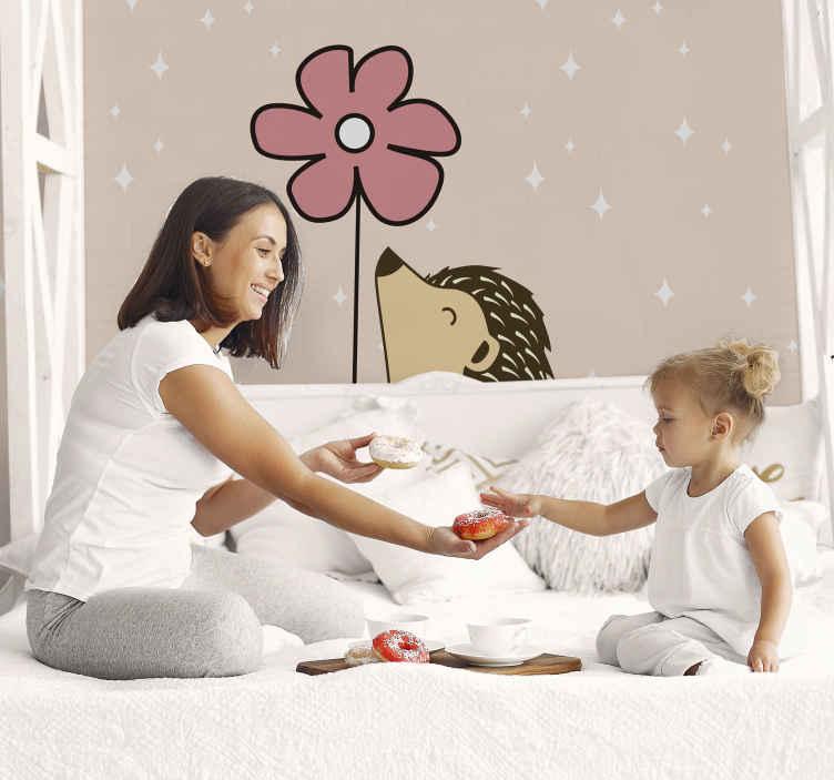 TenStickers. Fototapeta do sypialni Jeż ze stokrotką. Fototapeta do pokoju dziecięcego z motywem jeża i stokrotki do dekoracji z odrobiną troski i czułości.