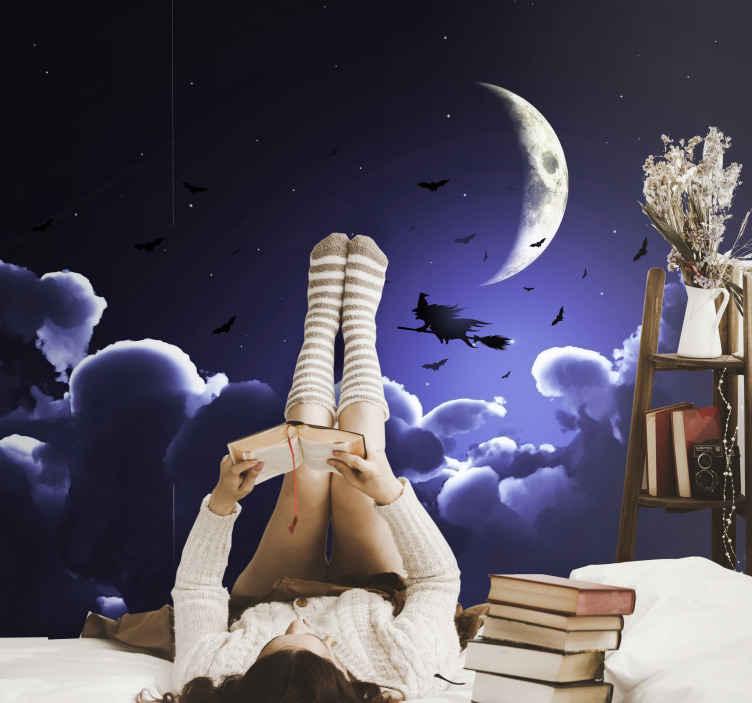 TenStickers. Fotomurais de Parede Bruxa na frente da lua cheia. Grande fotomural vinílico de parede de halloween em destaque com um produtode tema de um céu azul profundo com nuvem, meia-lua, morcegos voando e uma bruxa voando com uma vassoura.