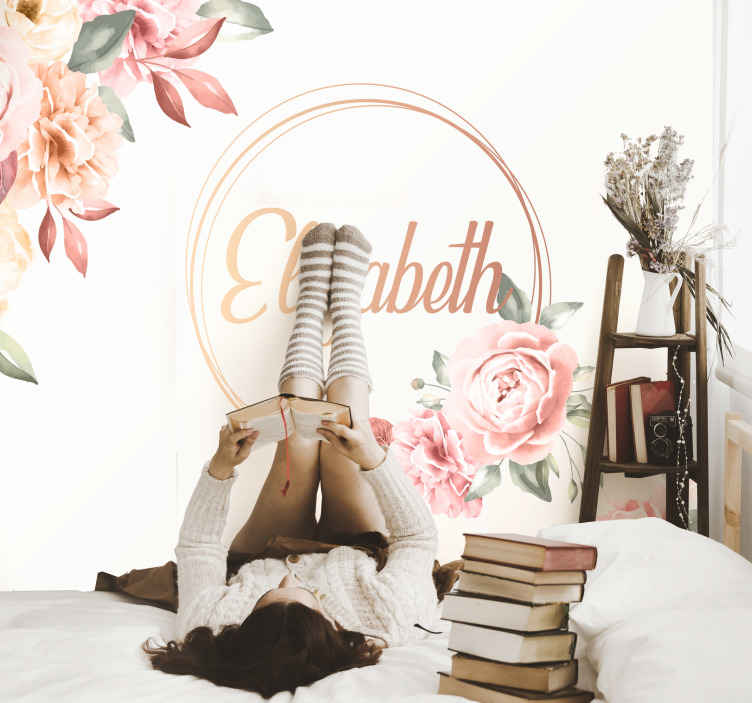 Tenstickers. Kukkakehys nimellä seinä valokuvatapetti. Muokattavissa oleva valokuva-seinämaalaus makuuhuoneen kaunistamiseksi. Se on ihana, ja siinä on vaaleanpunainen kukkapaketti ja nimi ympyröity keskellä.
