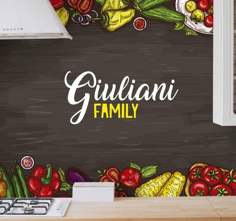 TenStickers. Ljubitelji kuhanja prilagojene fototapeta po meri. Prilagodite svojo kuhinjo z našo dekorativno stensko poslikavo za kuhinjo, ki vsebuje vzorce zelenjave in jo prilagodite svojemu priimku.