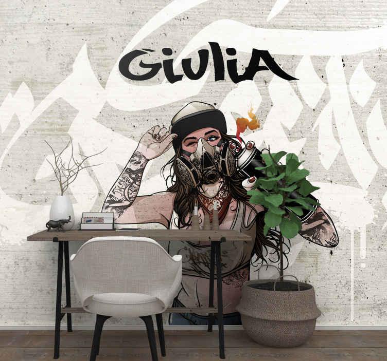 TenStickers. Fotowand Graffiti vrouw backround met naam. Muurdecoratie in stedelijke stijl voor uw huis. Een ontwerp met graffiti kunst achtergrond met illustratie van een vrouw met urban art verfspuitfles.