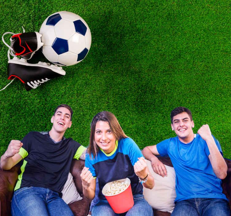 TenStickers. Fotomurali Calcio sull'erba. Murale con stampa grafica alta realistica del calcio con scarpone sul campo in erba. Scelta intelligente per decorare la stanza del tuo adolescente. Facile da applicare.