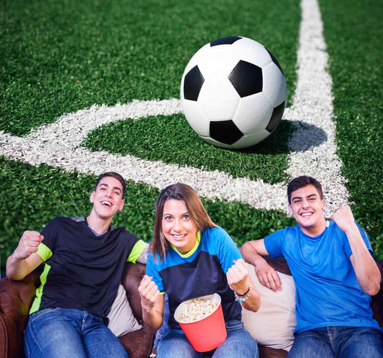 TenStickers. Fotomurali Calcio sulla linea bianca. Murale decorativo effetto visivo realistico di calcio sul campo di calcio. Design adatto per la camera da letto dell'adolescente, l'applicazione è facile.