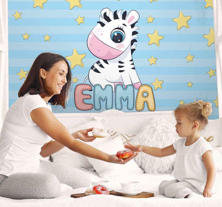 TenStickers. Adı özel duvar resimleri ile sevimli zebra ve yıldızlar. Çocuklarınıza bugün çocuk odalarına aldıkları en iyi dekorasyonu verin! Yakında eve getirecek mi bugün sipariş verin!