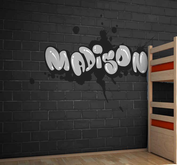 TenStickers. Personalizované nástěnné malby graffiti. Graffiti fototapeta, která obsahuje jméno vašeho dítěte v chladném grafitovém písmu s pozadím černé cihlové zdi. Extrémně trvanlivý materiál.