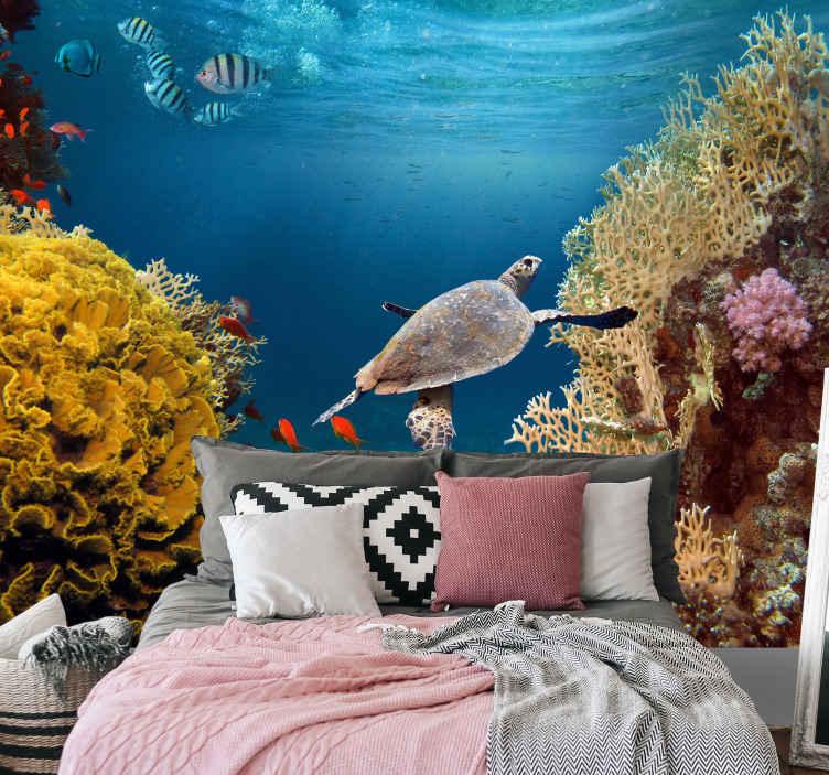 TenStickers. Pod morem s tapetama sa zidnim slikama. Zidne tapete s dizajnom morskog svijeta s ribama, koraljima, kornjačama i drugim morskim bićima, savršene za vas da ukrasite bilo koji prostor koji želite obnoviti.