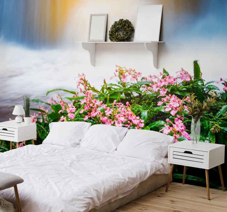 TenStickers. Papier peint mural chutes eau Cascade avec fleurs roses. Papier peint avec une illustration d'une cascade avec des fleurs roses, parfait pour remplir votre chambre, votre salon ou tout autre espace