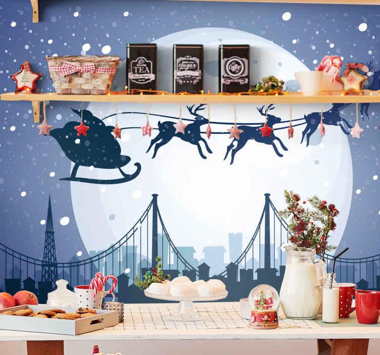 TenStickers. 산타 클라우스 비행 순록 판타지 벽화. 이 환상적인 판타지 벽화로 거실이나 집의 다른 방을 장식하여 자녀를 행복하게 만드십시오.