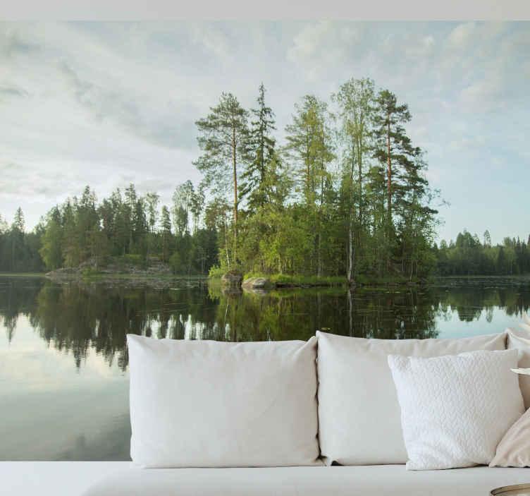 TenStickers. Fotomurale paesaggi Lago dell'isola finlandese. Porta la calma e la pace della finlandia nel tuo ufficio o soggiorno con questa carta da parati foresta. Tornare calma e pace che la natura ci regala.