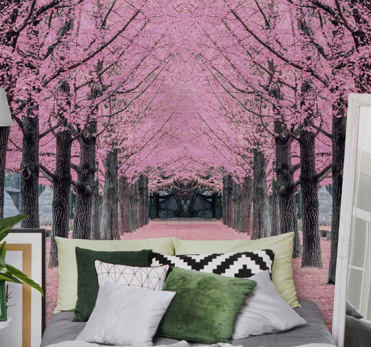 TenStickers. Fotomurais paisagistícos Enorme fotomural vinílico de árvore rosa. O lindo fotomural vinílico de parede de árvores em flor na cor rosa, trará tranquilidade e inspiração a qualquer ambiente. Peça agora e se surpreenda com isso em breve!