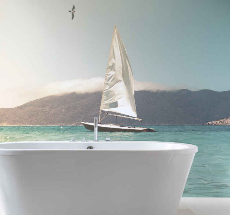 TenStickers. ιστιοφόρο σε τοιχογραφία με φωτεινά νερά. Αυτή η τοιχογραφία του μπάνιου θα μετατρέψει το μπάνιο σας σε κομψό. με τη θάλασσα, το γαλάζιο του ουρανού και μια εικονική λευκή βάρκα στον τοίχο σας!