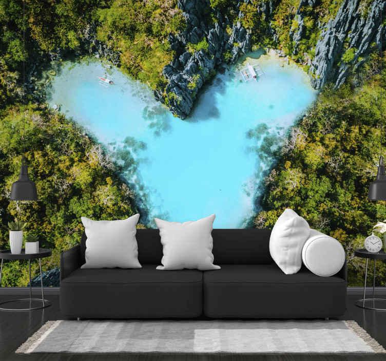 """Tenstickers. Ostrov pod morom v tvare srdca fototapeta. Krásna krajina fototapeta ilustrujúca """"ostrov lásky"""". Priezračná modrá voda a tropický les na stene vašej obývačky! Doručenie domov k dispozícii!"""