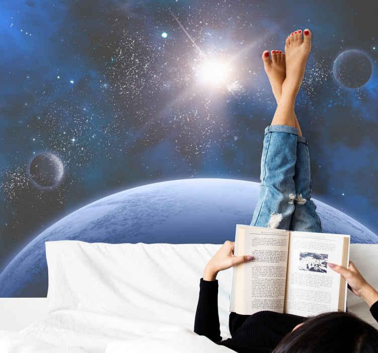 TenStickers. Vesmír téma prostor fototapeta. Tato jedinečná fototapeta je ilustrací vesmíru, měsíce, zářící hvězdy a planet v tmavě modré barvě. Doručení všech produktů domů!