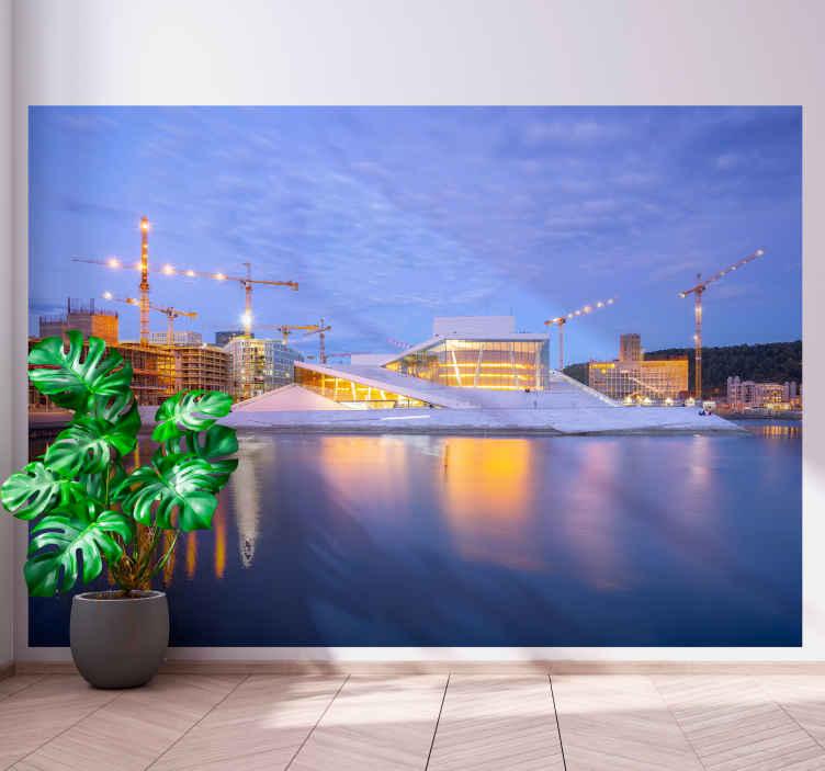 TenStickers. Oslo opera na večernem zidnem zidu. Oglejte si to stensko steno v čudovitih modrih odtenkih, ki jo navdihuje slavna opera v oslu s pogledom na reko ponoči. Dostava na dom!