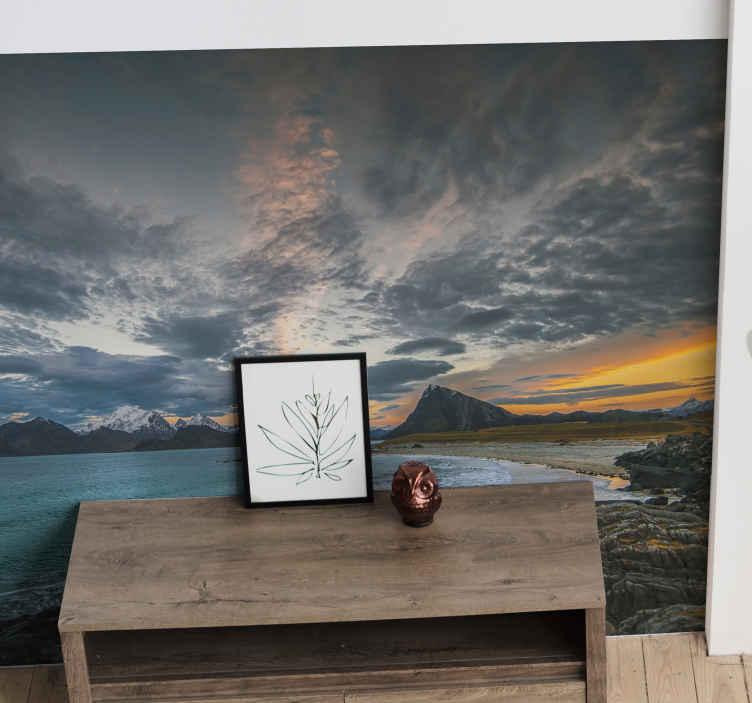 TenStickers. Norveška oblačan krajolik priroda zidni zid. Sanjiva zidna slika u prirodi nadahnuta pogledom na oblačno norveško nebo i jezero. Odnijet će vam sav stres! Dostupna kućna dostava!