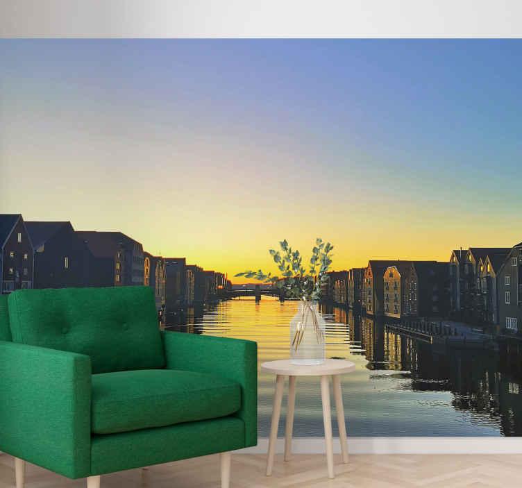 TenStickers. Norveški grad noću mural. Prekrasna slika zlatnog zalaska sunca s jezerom i zgradama uz njega. Sanjivi zidni foto zid učinit će vaše snove! Naručite sada!