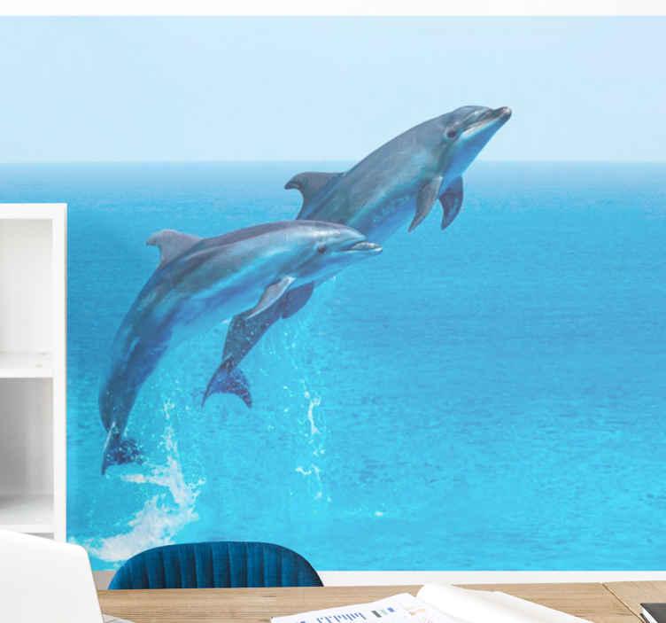 TenStickers. Skakanje dupina zidni zid. Ovaj zidni prikaz dnevne sobe prikazuje dva dupina koji skaču u zapanjujućoj nebesko plavoj vodi. Lako se nanosi i čisti. Dostupna kućna dostava!