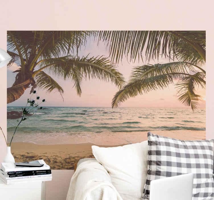 TenStickers. Přizpůsobitelná fototapeta pláž s palmami. Tato přírodní fototapeta ilustruje písečnou pláž s klidným mořem a dvěma palmami před výhledem. Snadné použití. K dodání domů!