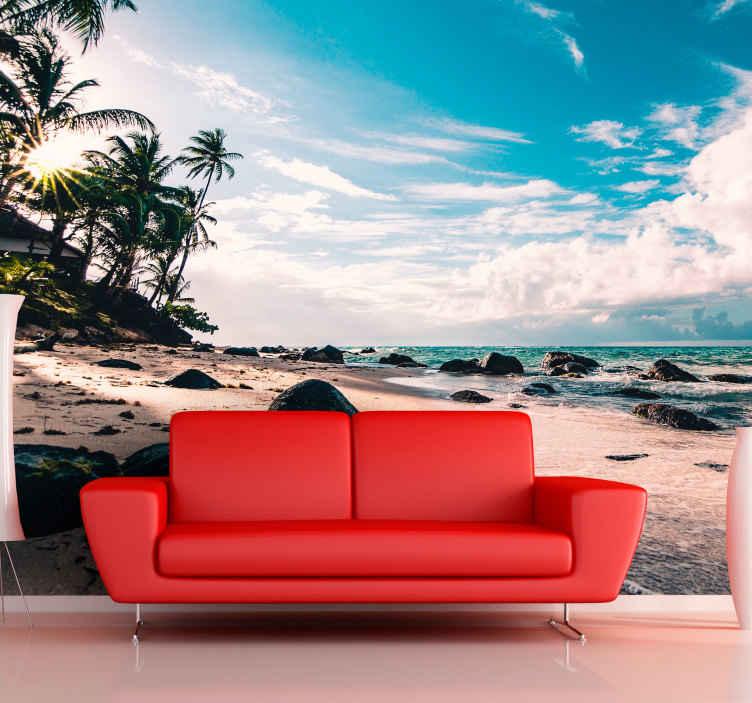 TenStickers. Fototapeta tropická pláž pobřeží u moře. Tento konkrétní design je krásným obrazem písečné pláže s palmami, mořem a modrou oblohou s bílými mraky. Dodávka domů k dispozici!