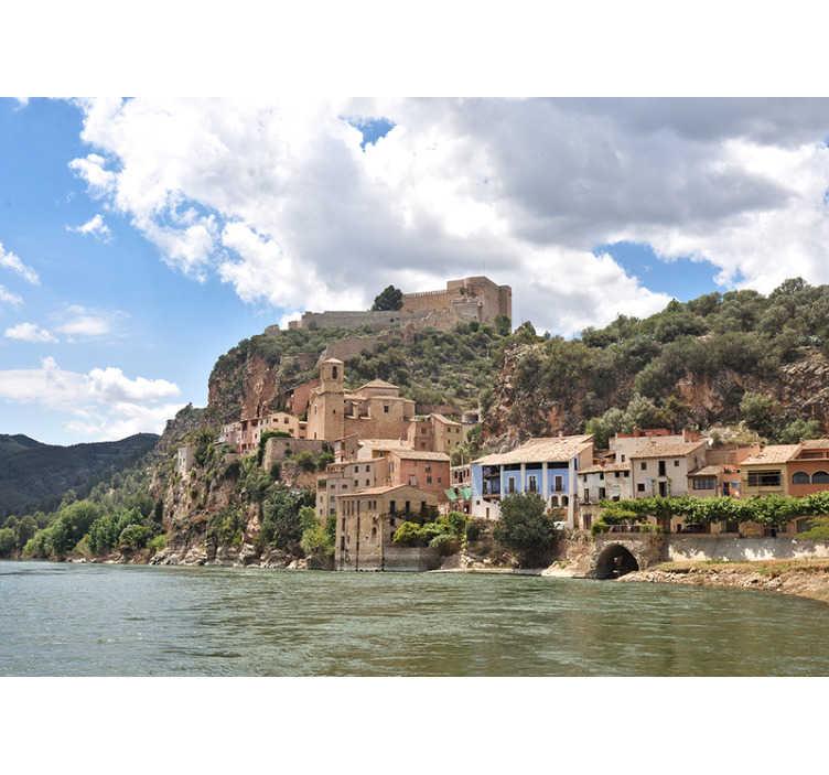 TenVinilo. Fotomural de ciudad bonito pueblo del Ebro. Original fotomural online de paisaje para pared con unas vistas increíbles al bonito pueblo árabe de Miravet visto desde el Río Ebro. Fácil de aplicar