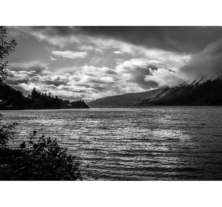 TenStickers. Loch Ness bij zonsopgang landschap muurschildering. Pas deze meer muurschildering toe in je huis, en je zult zien waarom mensen  zowel van Nessie als van het uitzicht houden. Een prachtige zwart-witte muurschildering