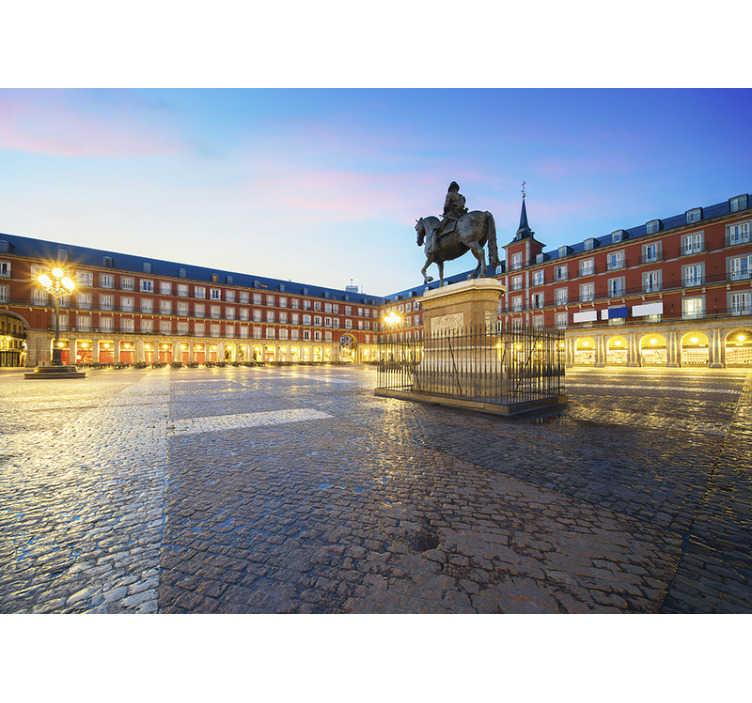TenVinilo. Murales madrid Plaza Mayor. Compra online este fantástico fotomural decorativo de Madrid con vistas a la Plaza Mayor en un atardecer precioso con el que renovar tu decoración.