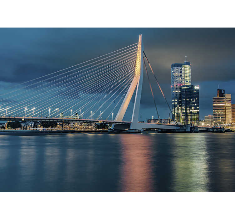 TenStickers. Rotterdam skyline muurschildering behang. Deze fotobehang van de stad toont de grote erasmusbrug in Rotterdam met de skyline op de achtergrond de prachtige blauwe tinten zijn prachtig!