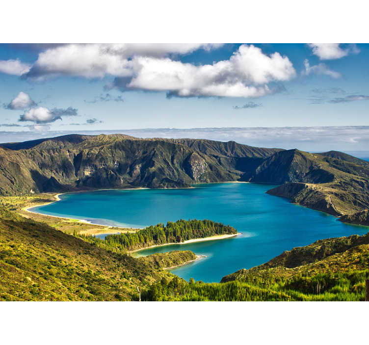 TenStickers. Jezero ognjene pokrajine stenski stenski zidni fres. Zidna stenska stenska slika jezera ognja vsebuje ogromno vulkansko skalo, morje, dolino z zelenimi travami in ogromen ogenj.