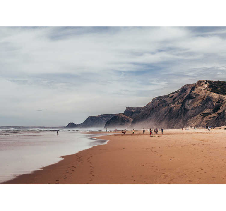 TenStickers. Papier peint paysage d'été gris. Conception d'une magnifique vue sur la mer avec d'énormes roches volcaniques massives autour avec de beaux nuages bleus et blancs au-dessus des gens avec des gens appréciant la mer