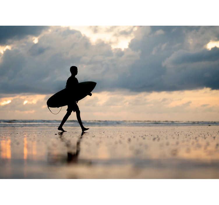 TenVinilo. Papel mural de mar surfista andando con destello. ¡Recuerda esta increíble sensación de viento en tu cabello cuando finalmente atrapes esta enorme ola cada vez que miras este fotomural pared de mar!