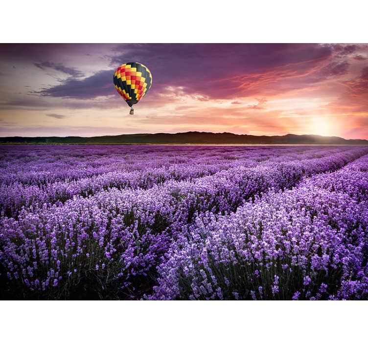 TenStickers. Adesivo murale paesaggio lavanda baloon. Una bella carta da parati viola con paesaggi naturali per la tua casa. Questo design è un'idea unica per il tuo salotto. Compralo subito e non te ne pentirai!
