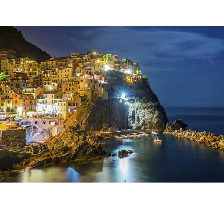 TenStickers. Murale villaggio di mare di notte. Una bellissima vista sul borgo marinaro al buio. Questo prodotto è opaco di altissima qualità ed è molto facile da applicare.
