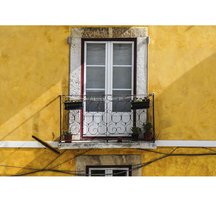 TenStickers. Mural de parede decorativo edifício amarelo. Uma bela versão de um mural de parede decorativo de prédio amarelo num dia ensolarado. Imagine poder aproveitar o sol da pequena varanda todos os dias.