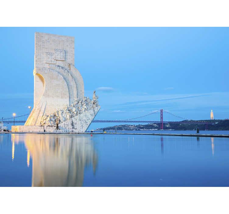 TenStickers. Fotomural de cidades e países Padrão dos descobrimentos. Este mural de parede de lugares com uma imagem para o Padrão dos Descobrimentos, em Lisboa, pode se tornar na sua decoração preferida.