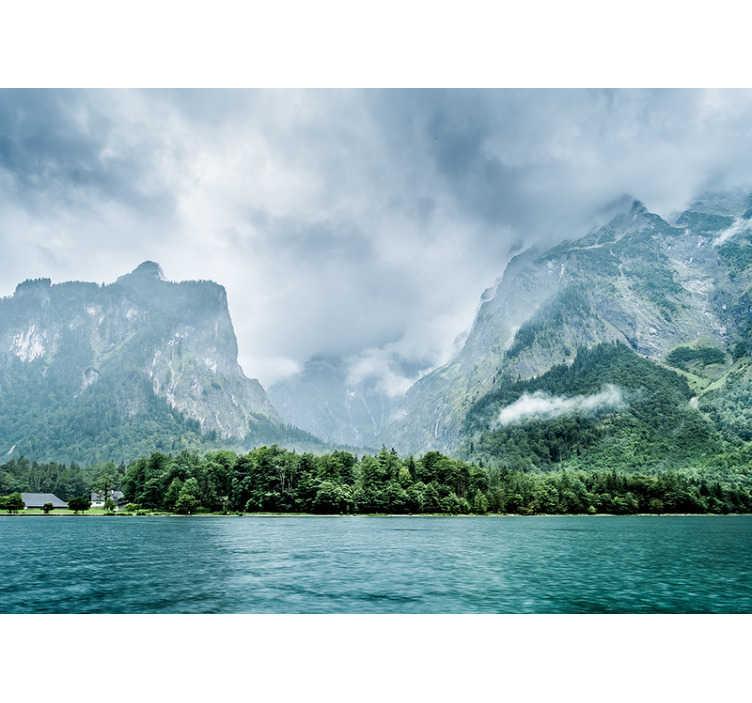 TenStickers. Königssee bayerische Natur Foto Tapete. Was für ein schönes und mysteriöses Bild! Dieses Landschaftswandbild zeigt den Königigssee in Bayern, Deutschland und ist perfekt für Ihr Wohnzimmer!