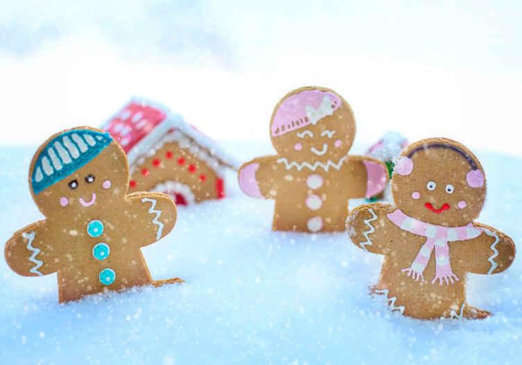 TenVinilo. Fotomural niños galletas navideñas vestidas. Diseño decorativo de fotomural niños con galletas navideñas que te encantará para el dormitorio de tus hijos ¡Envío gratuito!