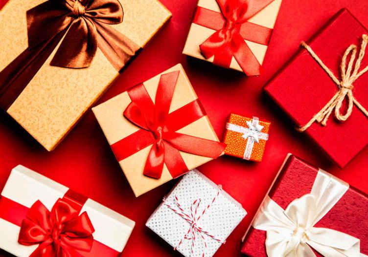 TENSTICKERS. ギフトボックスパック赤い写真壁紙. ギフトボックスパックラウンジ写真の壁紙。家庭と商業の両方の場所のための素晴らしい装飾的なクリスマスの装飾。簡単に適用できます。