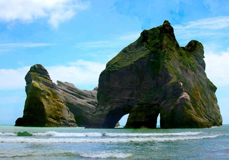 Tenstickers. Wharariki beach mesto fototapeta. Užite si túto pobrežnú pláž s dramatickou krajinou v priestore vašej obývačky. Dizajn je fototapeta scenérie pláže wharariki.