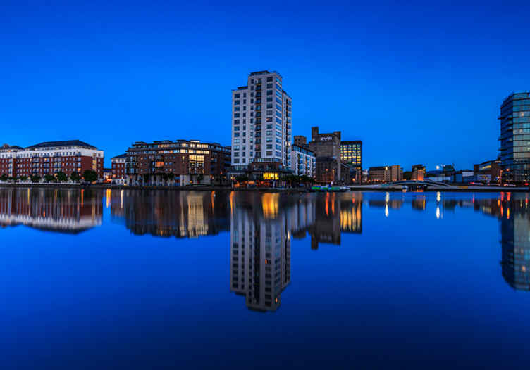 TenStickers. Dublin at night wall mural wallpaper. Do you want to always enjoy the scenery view of Dublin at night? This Dublin scenery photo wall mural is just everything to decorate your space.
