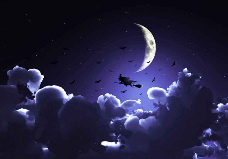 Tenstickers. Noita täysikuun edessä valokuvatapetti seinälle. Suuri esillä oleva halloween-valokuvatapetti, jonka teemasuunnittelu on syvän sininen taivas, pilvi, puolikuu, lentävät lepakot ja noita, joka lentää luudalla.