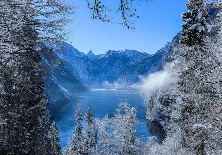 TenStickers. Fotomurale paesaggi Carta da parati lago ghiacciato e foresta. Magnifica vista del paesaggio murale del lago e della foresta smerigliati. Un design che entusiasmerebbe i tuoi ospiti e i tuoi amici quando ti visiteranno.