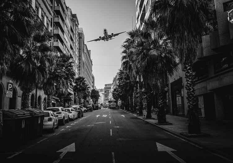 TenStickers. Fotomurali Macchina e aerei. Goditi una vista sulla strada della città dal comfort del tuo spazio con questo grande murale di strada con le auto. è realistico e lo ameresti.