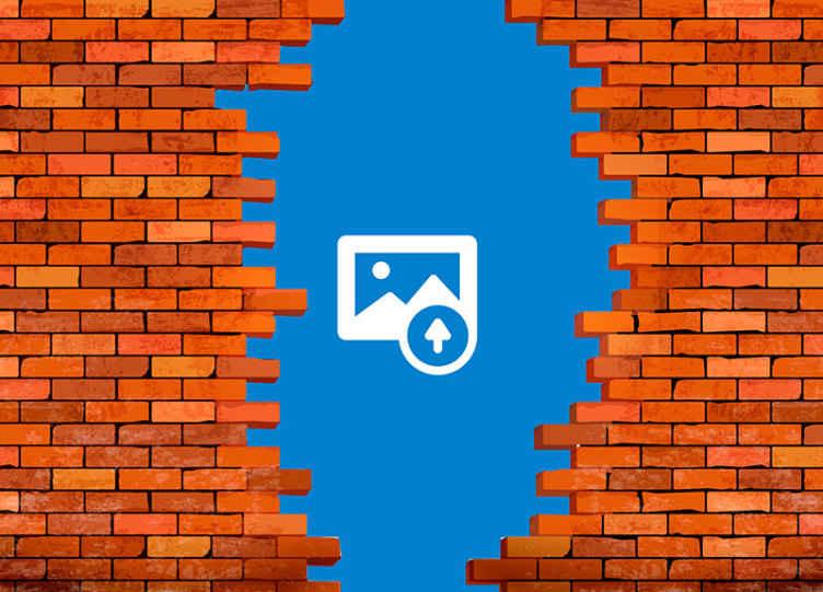 TenVinilo. Fotomural ladrillo portal con foto propia. Fotomural personalizado en el que podrás personalizar la foto que desees. Diseño de ladrillo con agujero en forma de portal ¡Envío gratuito!