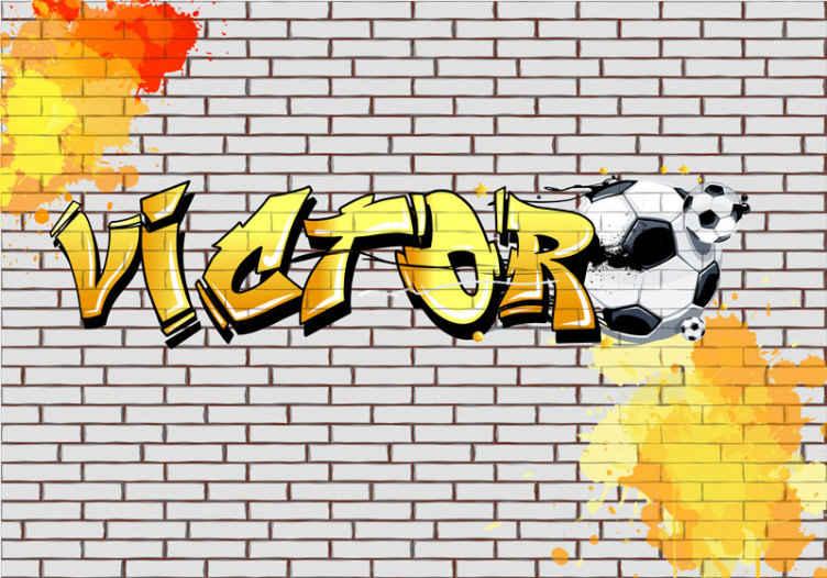 TenStickers. Nogometni grafiti personalizirana stenska stena. Stenska poslikava z grafiti, na kateri je ime vašega otroka napisano z grafitno pisavo, zraven pa je podoba nogometne žoge. Enostaven za uporabo.