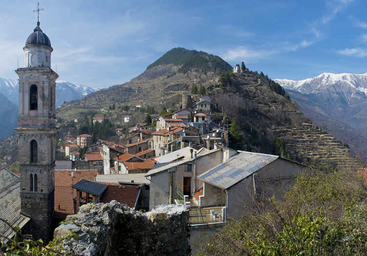 TenStickers. ταπετσαρία της πόλης στα βουνά. με αυτήν την πόλη σε ταπετσαρία τοιχογραφίας βουνών απολαμβάνετε τη θέα των οικισμών στο βουνό, μια τυπική εμφάνιση μιας μικρής πόλης στο βουνό.