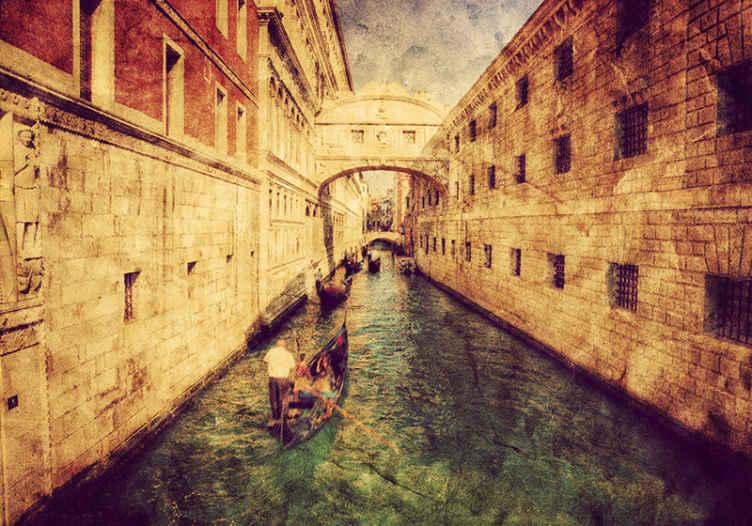 TenStickers. 이탈리아 운하 벽화 벽지. 양쪽에 고대 건물이있는 운하의 멋진 이미지를 특징으로하는 이탈리아 벽화. 매우 오래 지속되는 소재.